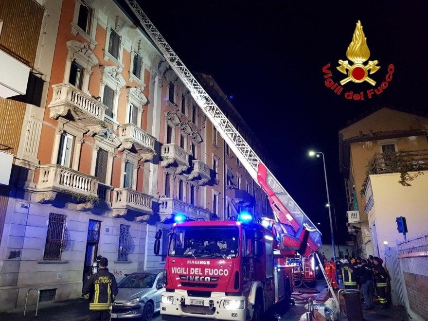 Milano, va a fuoco un appartamento: evacuate 4 famiglie
