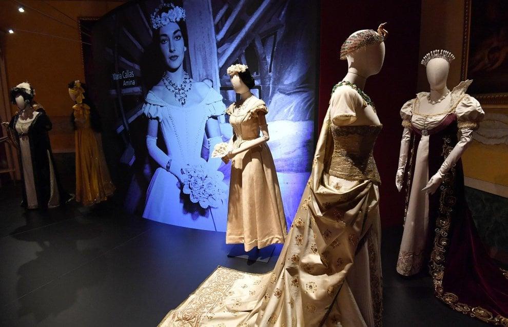 Milano, un secolo di costumi della Scala in scena a Palazzo Reale: abiti di Callas, Fracci e Nureyev
