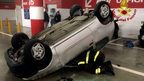 Auto si ribalta in centro commerciale a Milano