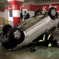 Milano, auto si ribalta nel parcheggio del centro commerciale Portello: ferite due donne
