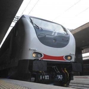 Sassi dal cavalcavia, colpito Intercity Milano-Livorno: finestrino spaccato, nessun ferito