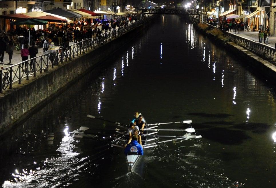 Canottaggio, vogata lungo i Navigli: l'allenamento in notturna