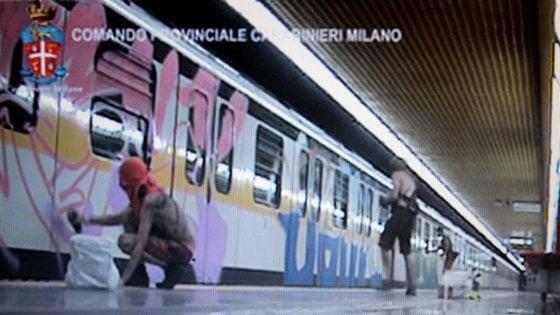 Milano, scritte e tag sui vagoni del metrò: due writer spagnoli pagano i danni a Comune e Atm