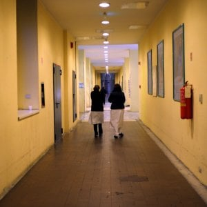 Morse i glutei a paziente 17enne: infermiere condannato per violenza sessuale a Milano