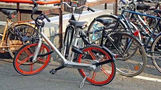 Il boom delle biciclette spiazza Milano, AAA rastrelliere e piste ciclabili cercansi