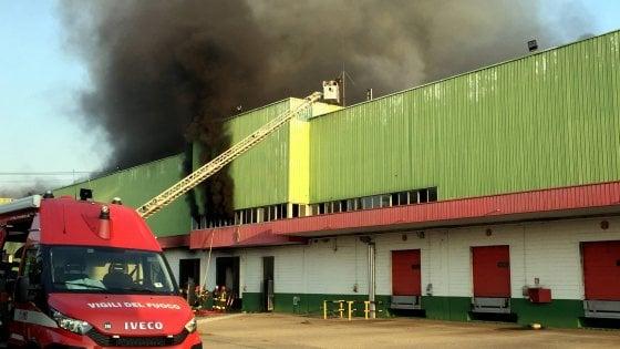 Allarme amianto rientrato dopo l'incendio in un capannone a Trezzano: le analisi dell'Arpa escludono pericolo