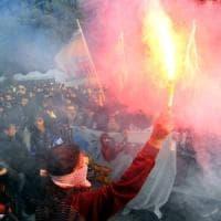 Alternanza scuola-lavoro, migliaia di studenti manifestano a Milano: imbrattati Mc Donald's, Zara e circolo Pd