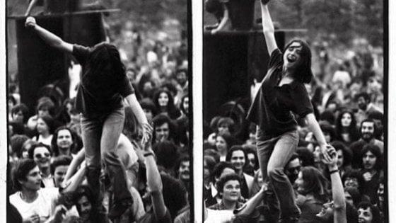 """Milano, la ragazza dello scatto-simbolo alla Palazzina di Dario Fo: """"Era il nostro posto di lotta, lui maestro di libertà"""""""