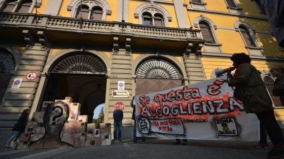 """Milano, blitz alla caserma Montello del Comitato zona 8: """"I migranti non sono pacchi postali"""""""