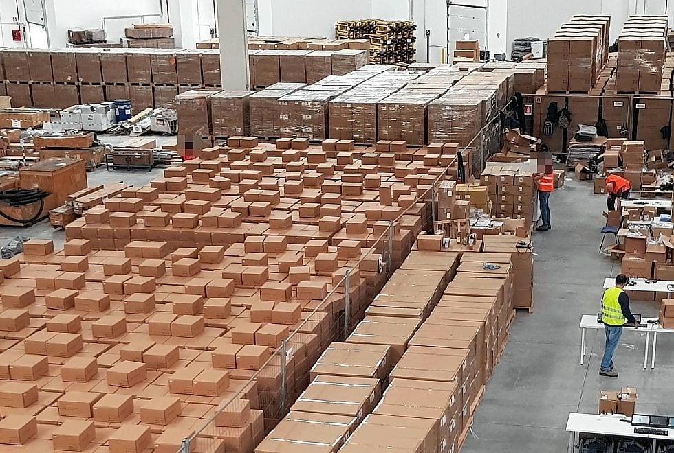 """Referendum Lombardia, nel magazzino dove si configurano i 24mila tablet: """"Hackerarli è impossibile"""""""