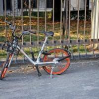 Bike sharing libero a Milano, bici pubbliche parcheggiate nei cortili: scattano