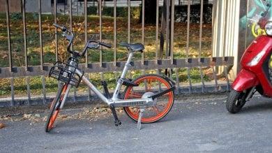 """Bike sharing libero, bici lasciate nei cortili: scattano le sanzioni. """"E' inciviltà sociale"""""""