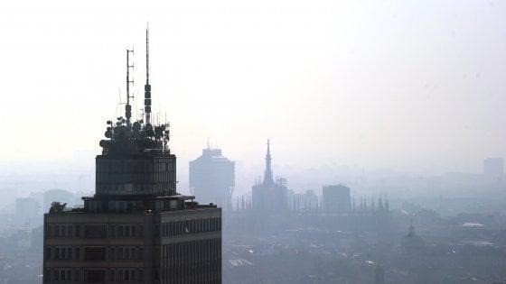 """Smog a Milano, valori Pm10 doppi rispetto ai limiti. Sala: """"Situazione intollerabile"""""""
