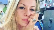 Le cronache surreali    di Ambra: la hostess  che twitta da Malpensa
