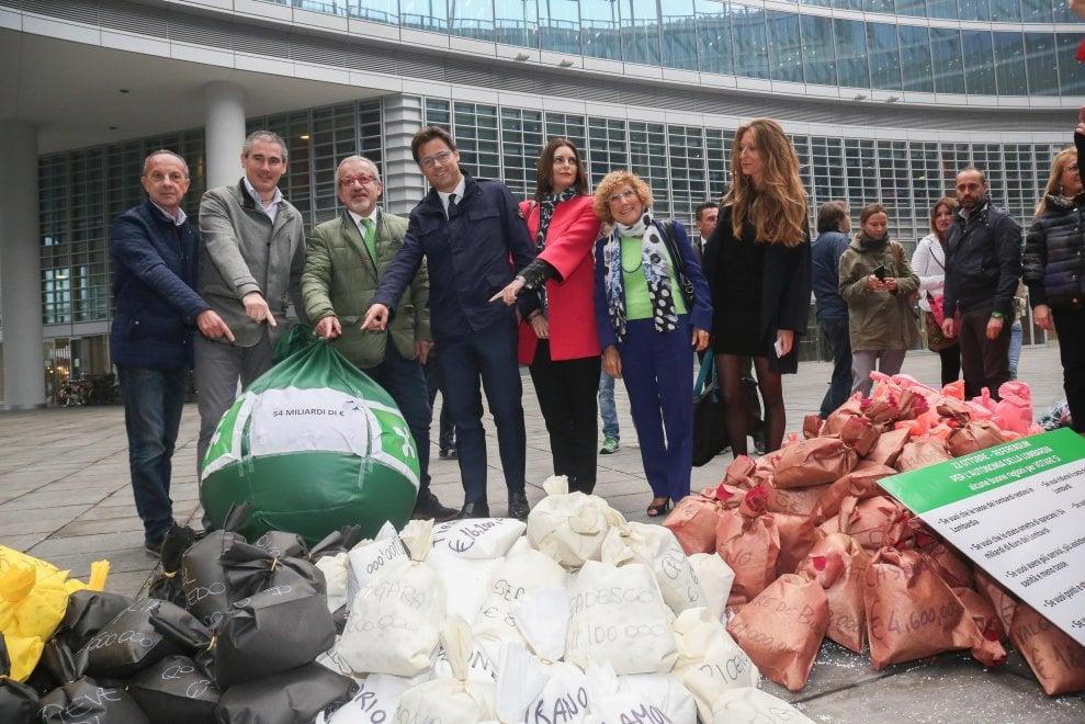 """Referendum Lombardia, Maroni col """"malloppo"""" in mano al flash mob della Lega per il Sì"""