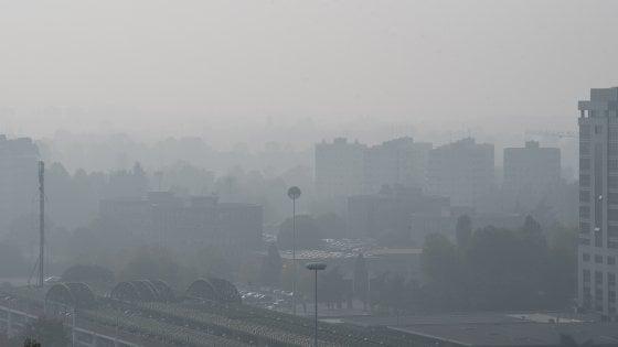 """Smog a Milano, domenica migliora l'aria. L'appello: """"Fate come noi, lasciate l'auto"""""""