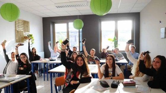 """Scuola, a Brescia l'esperimento dei liceali offline per 7 giorni: """"Prof, posso chiamare casa dal fisso?"""""""