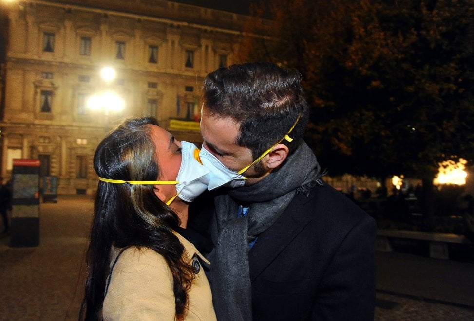 """Smog a Milano, """"protesta delle mascherine"""" a oltranza : tutti i giorni sotto al Comune"""
