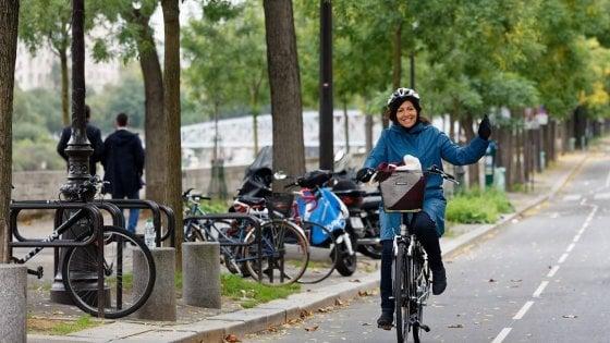 """Smog, Milano sigla a Parigi il patto tra i sindaci: """"Dal 2025 solo bus non inquinanti"""""""
