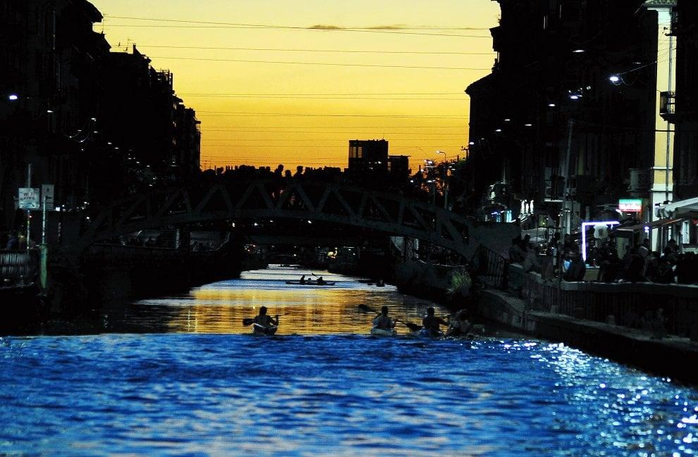 Milano, il vento spazza lo smog: tramonto magico sui Navigli