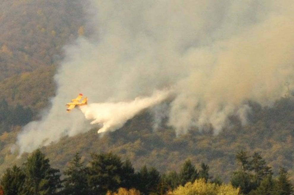 Varese, brucia il Campo dei Fiori: l'elicottero prende acqua dal lago per spegnere il rogo