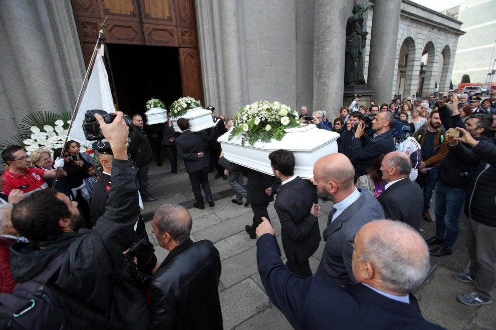 A Como i funerali dei quattro bambini morti con il padre che ha dato fuoco alla casa