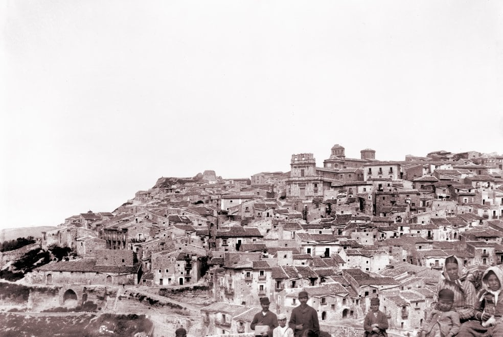 Milano, scatti da romanziere: in mostra la Sicilia fotografata da Capuana e Verga