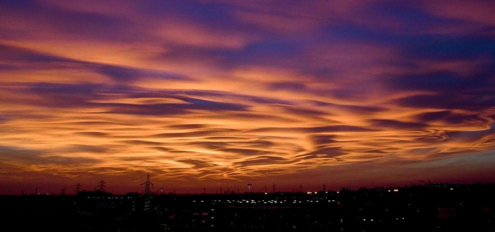 Le nubi lenticolari 'dipingono' il cielo: la magia del tramonto a Milano