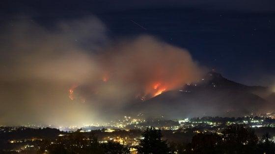 """Incendi, scuole chiuse nel Varesotto. Roghi anche a Como, Brescia, Pavia, Sondrio. La Regione: """"Stato di emergenza"""""""