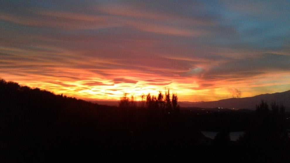 """Il cielo lombardo colpisce anche Scola, l'arcivescovo twitta il tramonto: """"La bellezza ci salvi"""""""