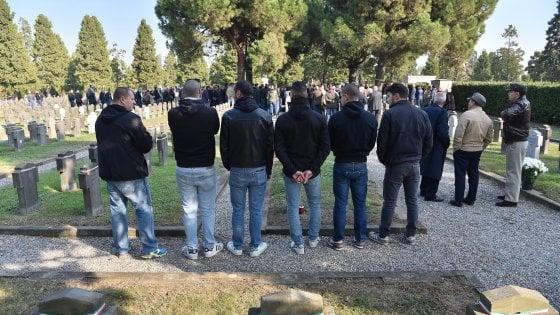 Campo X, commemorazione fascista al Maggiore: 30 denunciati a Milano per i saluti romani