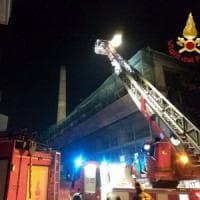 Milano, da un palazzo in ristrutturazione crolla un cornicione lungo 50 metri