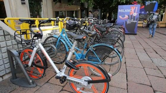 """Bike sharing libero, a Milano la guerra delle rastrelliere: """"Invase dalle bici free floating"""""""