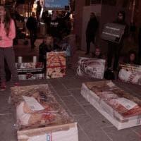 Milano, l'ultima provocazione shock degli attivisti vegani: in centro come carne in vaschetta