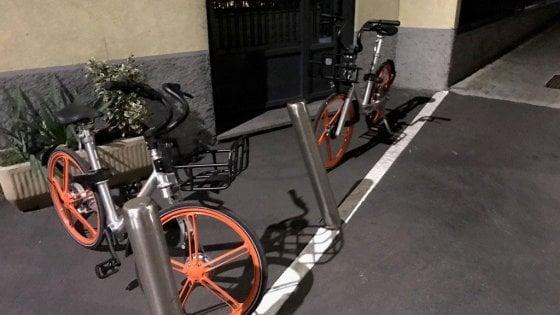 """Bici libere e sosta selvaggia, ogni giorno centinaia di segnalazioni. Inviate le vostre foto, si fa """"Bikewatching"""""""