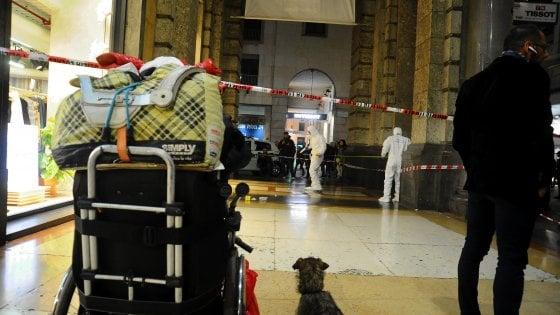 Senzatetto accoltellato da un altro clochard tra la folla in pieno centro a Milano: arrestato l'aggressore