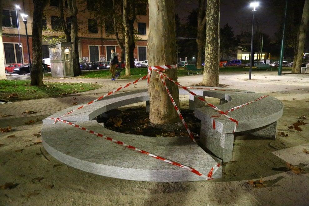 Milano, spaccate le panchine nella piazza riqualificata solo un mese fa