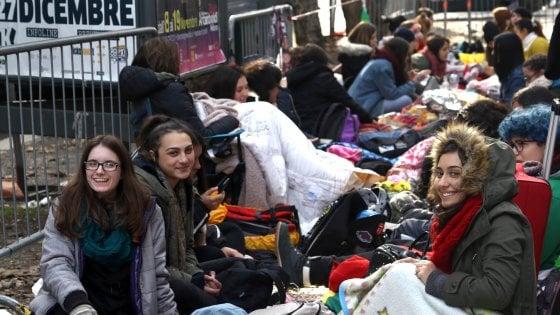 Milano, dormire in strada per il concerto di Harry Styles (ex One Direction): 3mila ragazzine in fila da 5 giorni