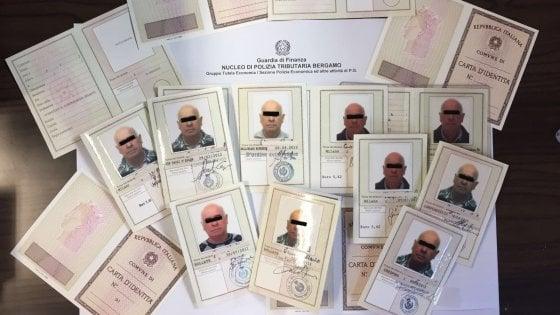 Bergamo, scovato il mago dei documenti falsi: dalle carte d'identità ai telai, la stamperia in un monolocale
