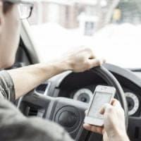 Sicurezza stradale, il 40% dei ragazzi di Milano usa il cellulare mentre guida