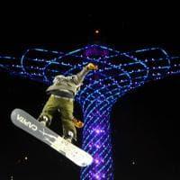 Milano, la notte degli snowborder: in volo sull'Albero della Vita