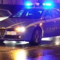 Milano, su un'auto rubata scappa da polizia e provoca incidente: arrestato dopo fuga nel metrò