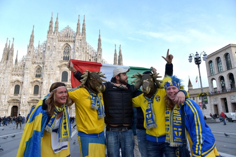 Italia-Svezia a San Siro, gara di selfie tra tifosi in Duomo in attesa del match