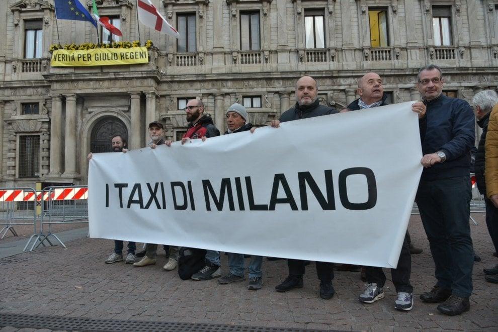 Milano, tassisti di nuovo in piazza: la protesta davanti a Palazzo Marino