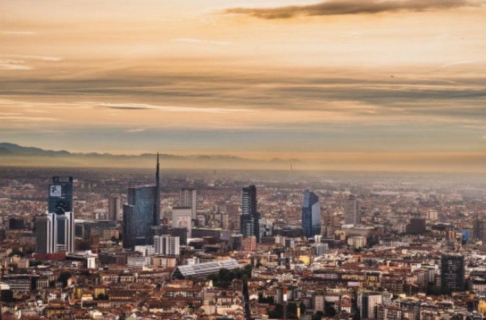 Il lavavetri Spiderman star di Instagram: scala i grattacieli e fotografa Milano dall'alto
