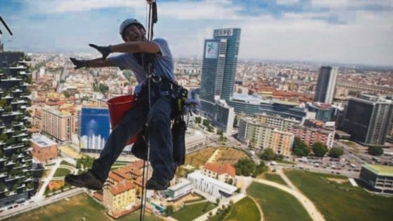"""Il lavavetri Spiderman star di Instagram, scala i grattacieli e fotografa Milano dall'alto: """"Adrenalina pura"""""""