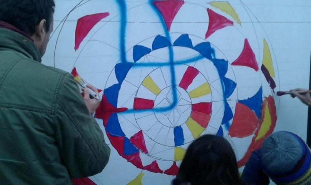 La svastica trasformata in mandala, la risposta dei cittadini lecchesi al graffito neonazi