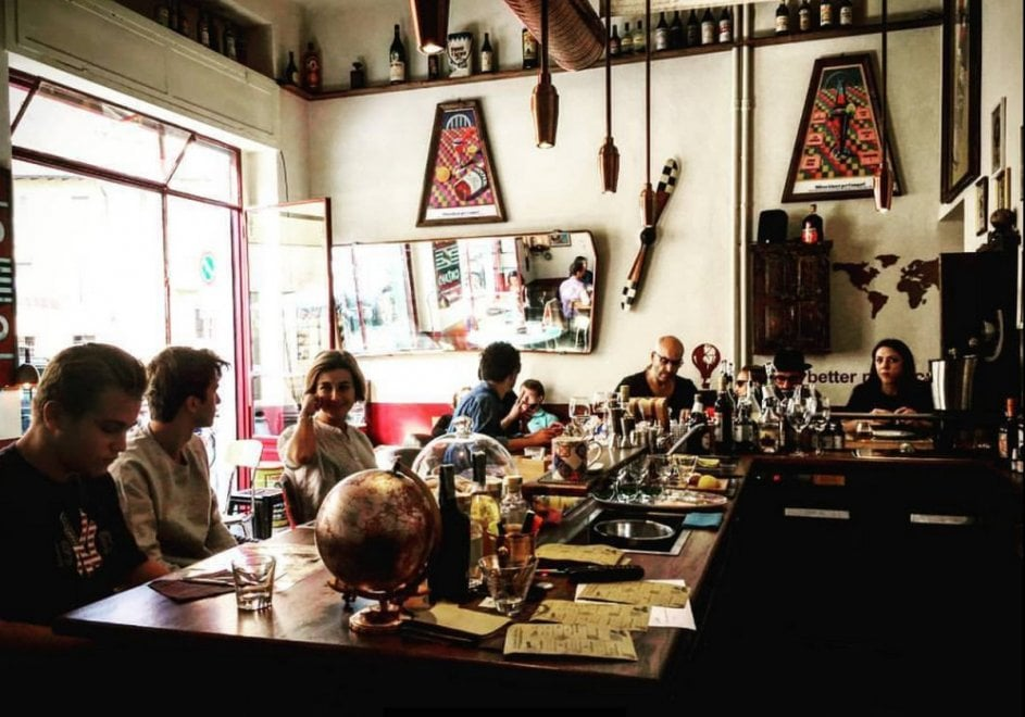 Milano seduta al bar, un fotoprogetto racconta gesti, rituali e storie incrociate
