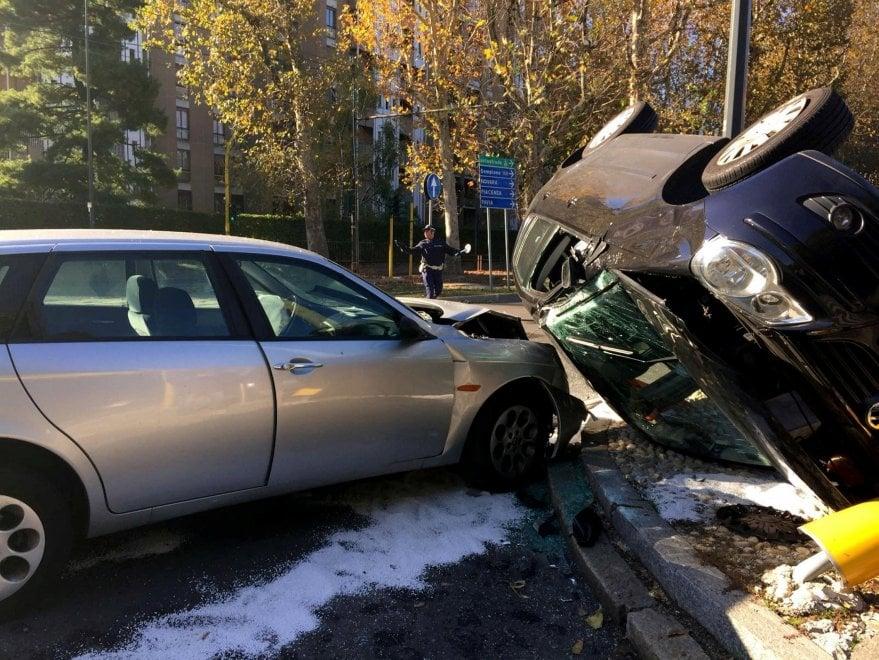 Milano, rocambolesco incidente con frontale e carambola: nessun ferito
