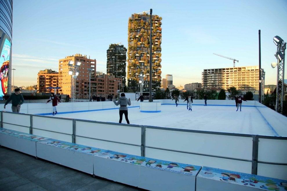 Milano, in Piazza Gae Aulenti si pattina sul ghiaccio con vista sul Bosco verticale